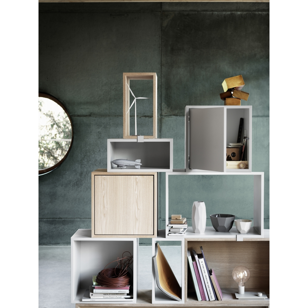 muuto stacked regal mit t r wei nunido. Black Bedroom Furniture Sets. Home Design Ideas